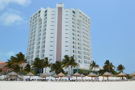 Krystal Grand Punta Cancun: Vista da praia para o hotel