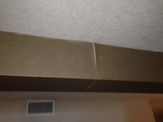 DoubleTree by Hilton & Miami Airport Convention Center: Damaged Wallpaper