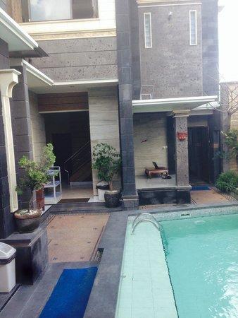 Denays House : Au calme au bord de la piscine