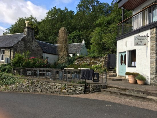 Crinan Hotel : Outdoor seating area outside seafood bar and steps to the secret garden.