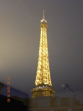 Mercure Paris Centre Tour Eiffel: View from our room at night