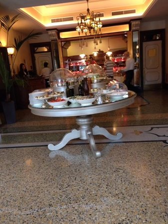 Grand Hotel Savoia : the buffet breakfast