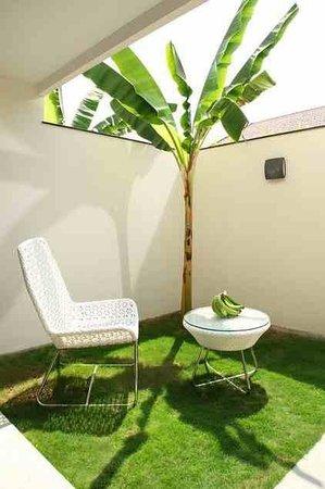 Xandari Harbour: Intimate courtyard in ground floor rooms