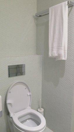 Moov Hotel Porto Centro: Toilet in Room 306