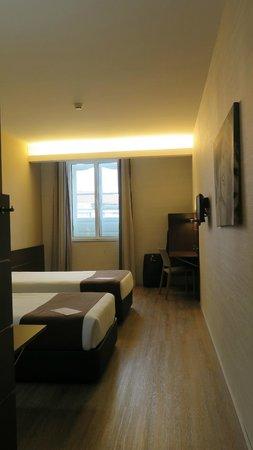 Moov Hotel Porto Centro : Spacious twin room 324 facing square