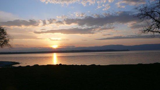 Le Redon: Même vue depuis la terrasse, coucher de soleil sur une si jolie petite plage