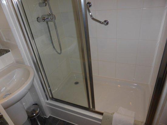 Strand Palace Hotel: Shower