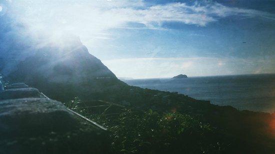 Cloud Village: 沿山路蜿蜒而下,東北角的海景在山巒間若隱若現