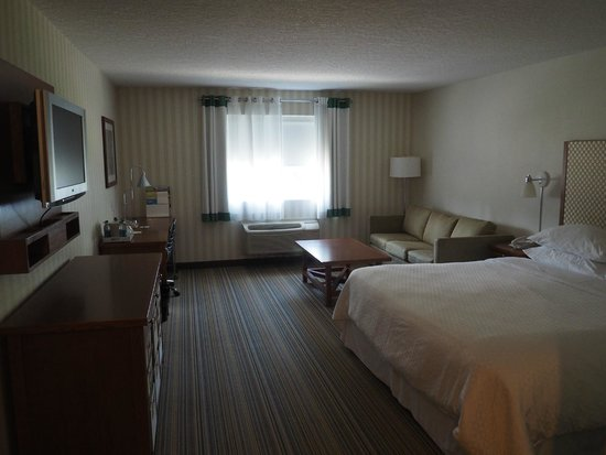 Four Points by Sheraton Prince George: View of room from the entrance - Deluxe King Room