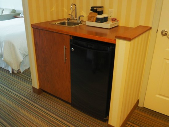 Four Points by Sheraton Prince George: Mini fridge and bar sink area - Deluxe King Room