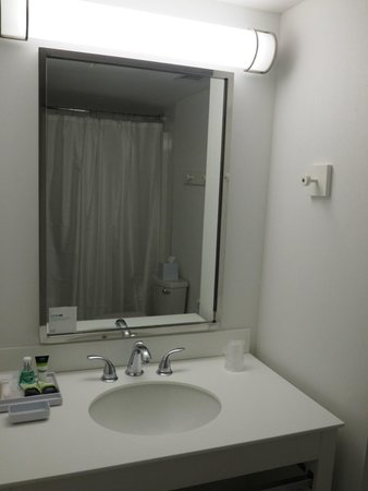 Four Points by Sheraton Prince George: Bathroom - Deluxe King Room