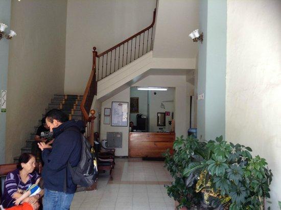Hotel Plaza: Recepción y escalera a las habitaciones