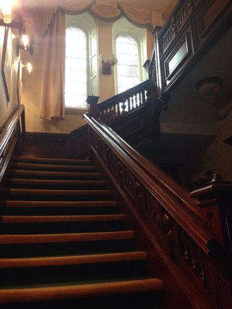 Windermere Manor Hotel: Stairs w original stained glass windows