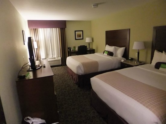 La Quinta Inn & Suites Las Vegas Airport South: Our clean and spacious room with two queen beds.