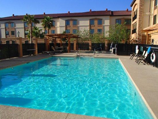La Quinta Inn & Suites Las Vegas Airport South: The beautiful hotel pool.