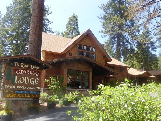 Tahoe Vista, Californië: View of lodge from the road