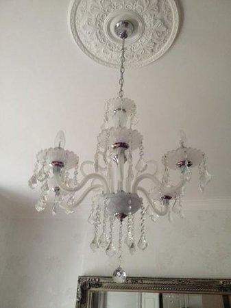 Bryn Aethwy B & B: chandeler in the room