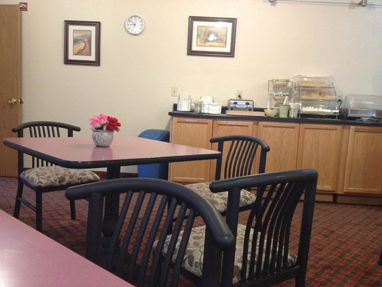 Quality Inn & Suites Redwood Coast: The breakfast room