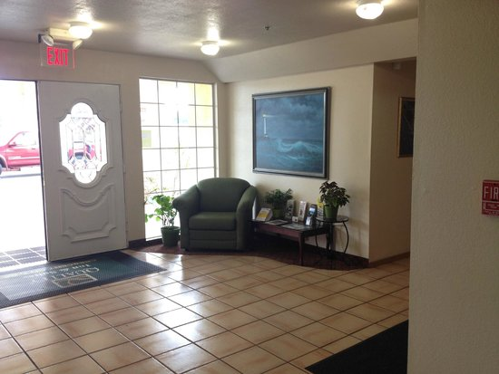 Quality Inn & Suites Redwood Coast: The lobby