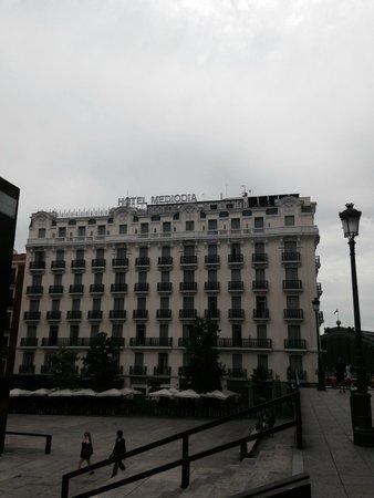 Hotel Mediodia: Vista desde la plaza. Exterior