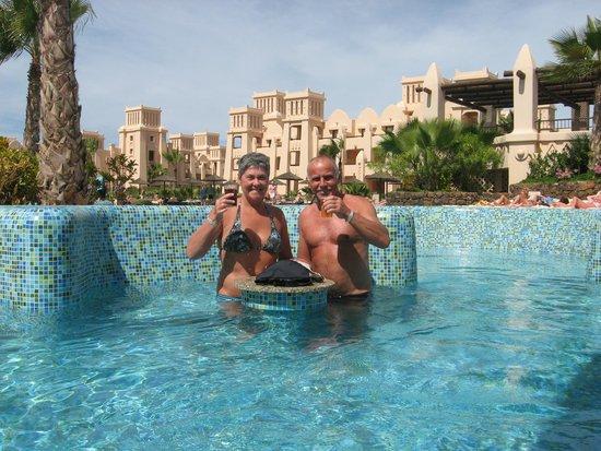 Hotel Riu Touareg: gezellig een verfrissing in het zwembad