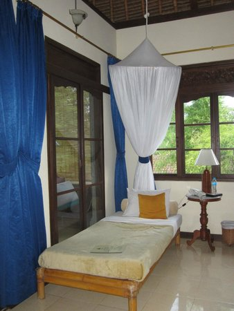 Alam Shanti: day bed inside