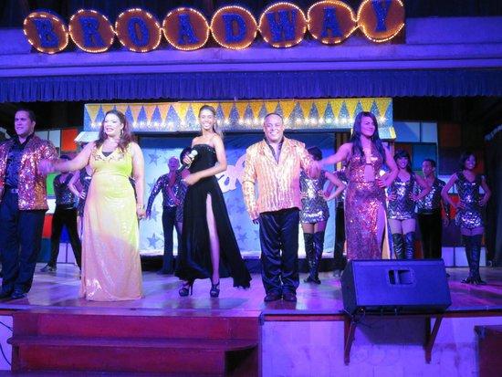 Iberostar Bavaro Suites: Laéticia encadrée de la magnifique équipe de chanteurs