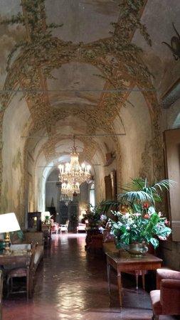 Villa Villoresi : l'entrée majestueuse aux fresques