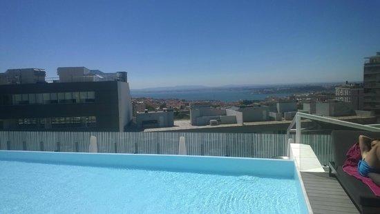 EPIC SANA Lisboa Hotel: Вид из бассейна на крыше