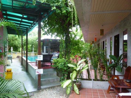 Phatchara Guest House: Pool & Restaurant area