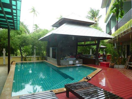 Phatchara Guest House: Pool