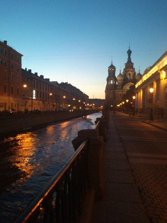 Comfitel Demidov Bridge Hotel: Вдоль канала Грибоедова. 15 минут ходьбы до Спаса