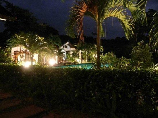 Privacy Resort Koh Chang: Die Bungalows und der Pool bei Nacht