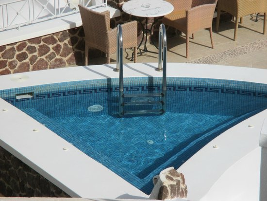 Irini's Villas Resort: The jacuzzi in the public area