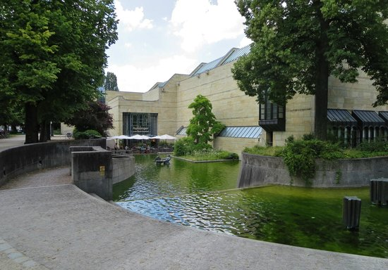New Pinakothek: East wing and pool