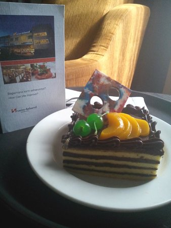 Swiss-Belhotel Kendari: my birthday cake, gift from hotel management