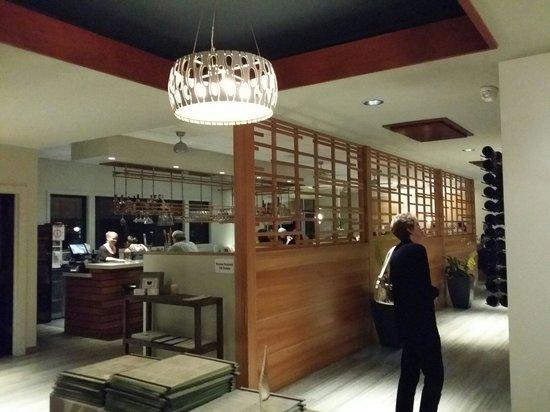 Hilo Bay Cafe : Eingangsbereich mit Blick auf die Bar