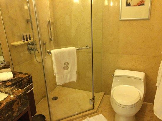 The Portman Ritz-Carlton, Shanghai: Clean bathroom