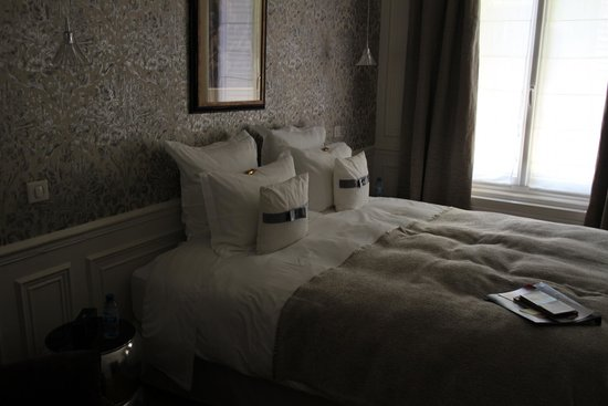 Courcelles-Parc : Linens/Bed with chocolates on the pillows