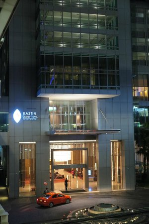 Eastin Grand Hotel Sathorn: View of hotel from Surasak BTS station