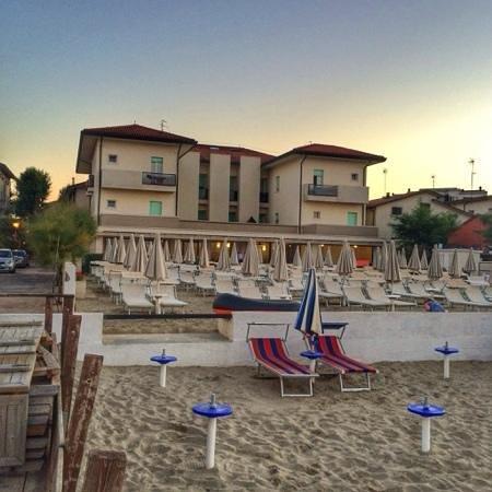 Hotel Vienna visto dalla spiaggia al tramonto.