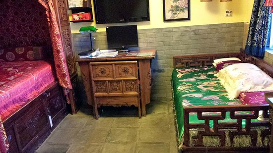 Double Happiness Beijing Courtyard Hotel: Honeymoon Suite Room 66, TV, pc and diwan