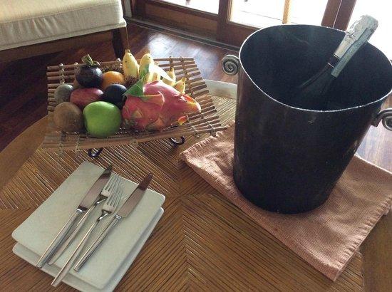 Kanuhura - Maldives: fruit and wine