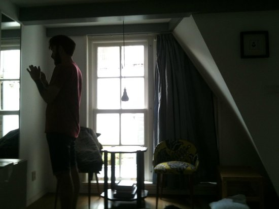 Sleep in Amsterdam B&B: Other side of the room - full length mirror and comfortable chairs