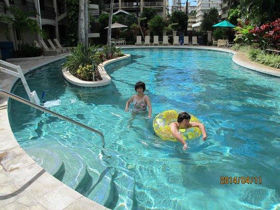 Waikiki Sand Villa Hotel: 子供にはちょうど良い深さだと思います。