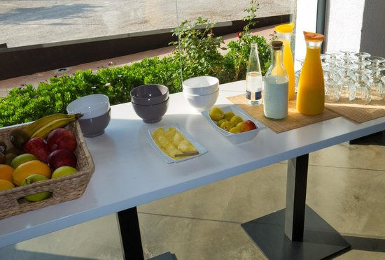 Hotel Boutique Horta d'en Rahola: reads,The breakfast with plenty of fresh fruit, cheeses, pastries all very fresh