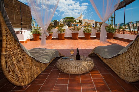Hotel Boutique Horta d'en Rahola: Room no 7 with a very romantic and private terrace balcony overlooking the old town - tunliweb.n