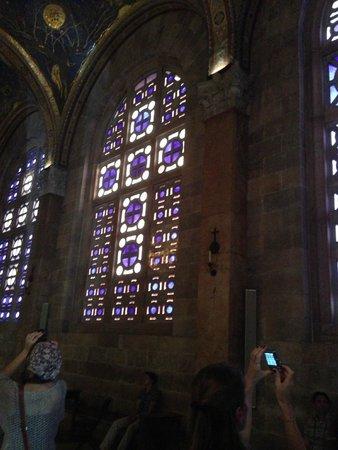 Garden of Gethsemane: Мозаичные окна в церкви Всех наций