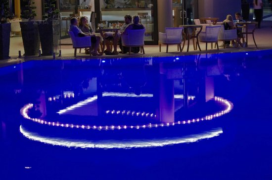 Mitsis Alila Resort & Spa : Outdoor bar by night