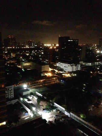 Mayfair, Bangkok - Marriott Executive Apartments : night views from balcony